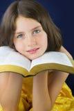 Porträt des schönen kleinen Mädchens, das heilige Bibel hält lizenzfreie stockfotos