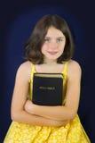 Porträt des schönen kleinen Mädchens, das heilige Bibel hält lizenzfreies stockfoto