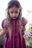 Porträt des schönen kleinen Mädchens in der Natur Lizenzfreie Stockfotografie