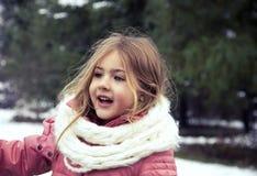 Porträt des schönen kleinen Mädchens in der Natur Lizenzfreies Stockfoto