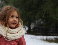 Porträt des schönen kleinen Mädchens in der Natur Lizenzfreie Stockbilder