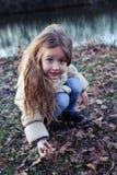 Porträt des schönen kleinen Mädchens in der Natur Lizenzfreie Stockfotos