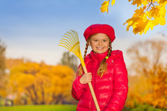 Porträt des schönen lächelnden Mädchens mit Rührstange Stockbild