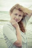 Porträt des schönen lachenden rothaarigen Mädchens auf der Küste Stockbilder