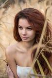 Porträt des schönen Mädchens draußen aufwerfend lizenzfreie stockbilder
