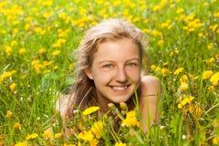 Porträt des schönen Mädchens im grünen Gras Stockbild