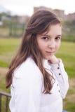 Porträt des schönen Mädchens im Park Lizenzfreies Stockfoto