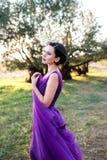 Porträt des schönen Mädchens im Parkland lizenzfreies stockbild