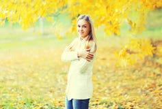 Porträt des schönen Mädchens im sonnigen Herbst Stockfoto