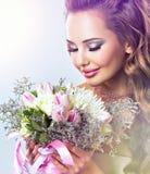 Porträt des schönen Mädchens mit Blumen in den Händen lizenzfreies stockfoto