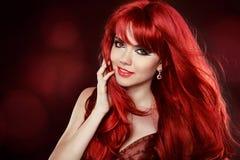 Porträt des schönen Mädchens mit dem gesunden langen roten Haar und Make-up Stockfotografie