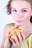 Porträt des schönen Mädchens mit einem Apfel Stockbilder