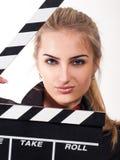 Porträt des schönen Mädchens mit Filmschiefer stockfoto