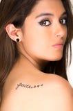 Porträt des schönen Mädchens mit Glaube tatoo auf ihr stockfotografie