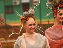 Porträt des schönen Mädchens mit Herbstlaub und mit stilvollem m Lizenzfreie Stockfotografie