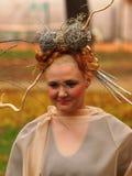Porträt des schönen Mädchens mit Herbstlaub und mit stilvollem m Stockbild