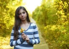 Porträt des schönen Mädchens mit Herbstwald-backgroundgirl lizenzfreie stockfotos