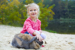Porträt des schönen Mädchens mit Kaninchen lizenzfreies stockbild