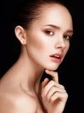 Porträt des schönen Mädchens mit klarer gesunder Haut Lizenzfreie Stockfotografie