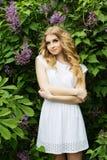 Porträt des schönen Mädchens mit lila Blumen Stockfotos