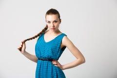 Porträt des schönen Mädchens mit perfekter langer glänzender Atelieraufnahme des blonden Haares Lizenzfreie Stockbilder