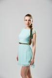 Porträt des schönen Mädchens mit perfekter langer glänzender Atelieraufnahme des blonden Haares Lizenzfreies Stockfoto