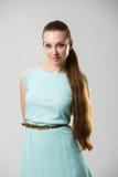 Porträt des schönen Mädchens mit perfekter langer glänzender Atelieraufnahme des blonden Haares Stockfotografie
