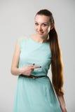 Porträt des schönen Mädchens mit perfekter langer glänzender Atelieraufnahme des blonden Haares Stockbild