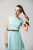 Porträt des schönen Mädchens mit perfekter langer glänzender Atelieraufnahme des blonden Haares Lizenzfreie Stockfotografie