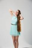 Porträt des schönen Mädchens mit perfekter langer glänzender Atelieraufnahme des blonden Haares Lizenzfreie Stockfotos