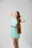 Porträt des schönen Mädchens mit perfekter langer glänzender Atelieraufnahme des blonden Haares Stockfoto