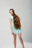 Porträt des schönen Mädchens mit perfekter langer glänzender Atelieraufnahme des blonden Haares Lizenzfreies Stockbild