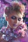Porträt des schönen Mädchens mit rosa Blumen Stockfoto