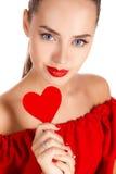 Porträt des schönen Mädchens mit rotem Herzen Lizenzfreie Stockbilder