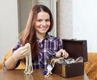 Porträt des schönen Mädchens mit Schatztruhe Lizenzfreie Stockfotos