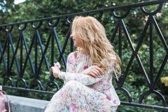 Porträt des schönen Mädchens mit Stift stieg lizenzfreies stockfoto