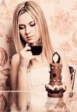 Porträt des schönen Mädchens mit Tasse Kaffee Stockfotografie