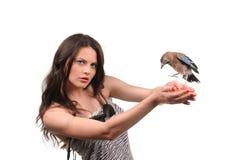 Porträt des schönen Mädchens mit Vogel Stockfotografie