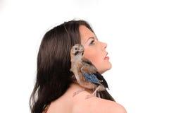 Porträt des schönen Mädchens mit Vogel Stockbilder