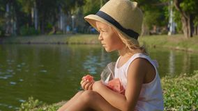 Porträt des schönen netten kleinen Mädchens, das Wassermelone mit Vergnügen isst Stockfoto