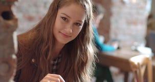 Porträt des schönen netten Mädchens, das zu einer Kamera lächelt Lizenzfreies Stockfoto