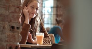 Porträt des schönen netten Mädchens, das zu einer Kamera lächelt Lizenzfreie Stockfotografie
