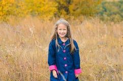 Porträt des schönen netten Mädchens in der Kleidung auf Hintergrund von autu stockfotos