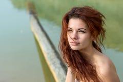 Porträt des schönen roten Haarmädchens stockfotografie