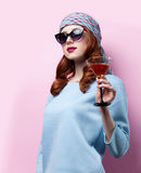 Porträt des schönen Rothaarigemädchens mit Getränk Lizenzfreie Stockfotografie