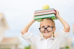 Porträt des schönen Schulmädchens, das sehr glückliches Freien betrachtet Stockfoto