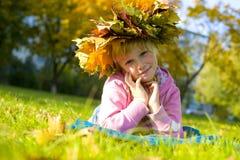 Porträt des schönen sechsjährigen Mädchens in einem Kranz vom aut Stockbilder