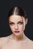 Porträt des schönen sexy Mädchens mit heller Make-upnahaufnahme Stockbild
