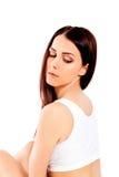 Porträt des schönen Sitzmädchens im BH Auf Weiß lizenzfreies stockfoto