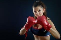 Porträt des schönen Sportmädchens mit den Boxhandschuhen, die y betrachten stockfotografie